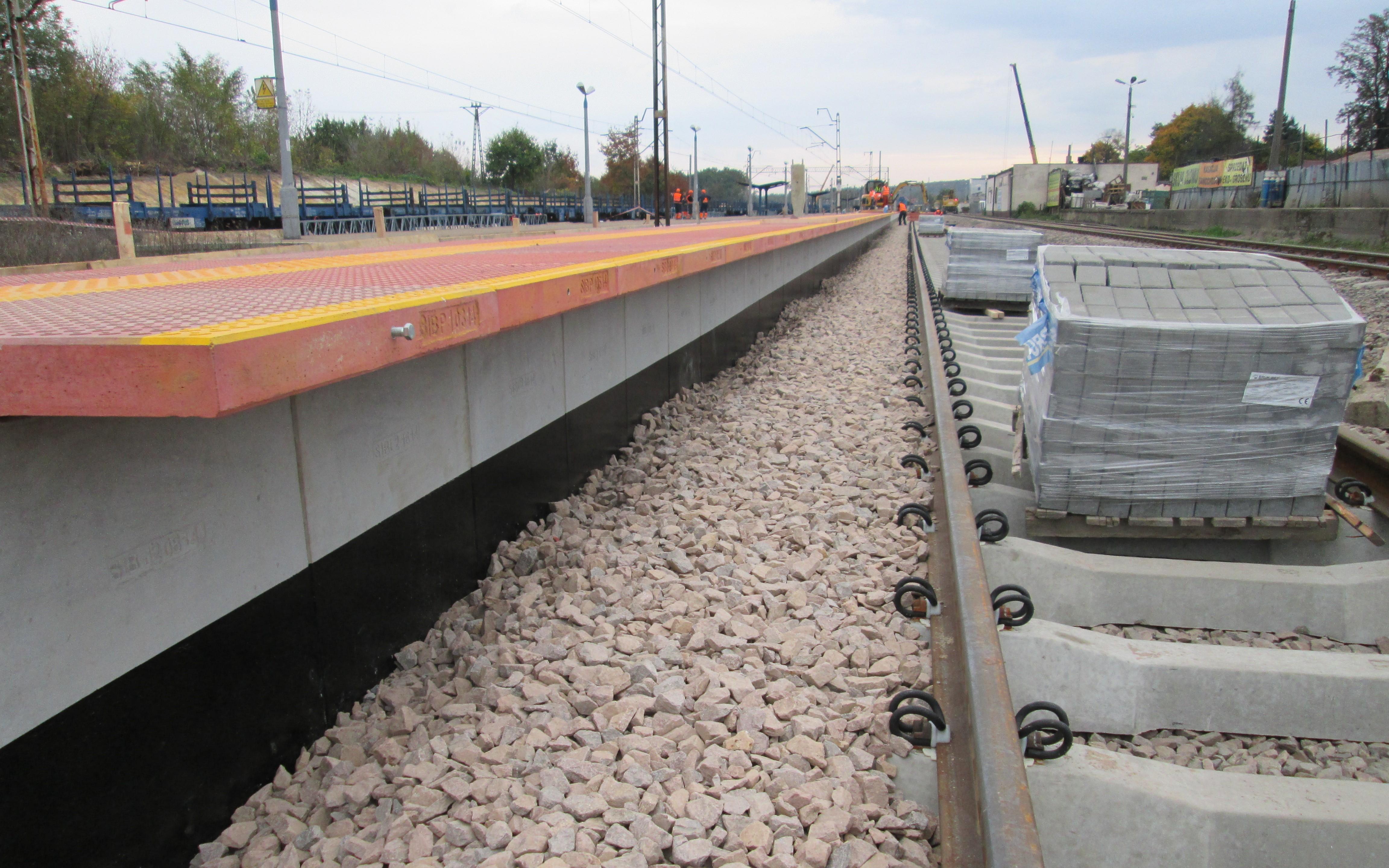 Montaż nawierzchni peronowej - peron nr 1.JPG